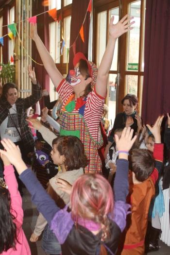 Clown Biene tanzt mit Kindern im Haus der Jugend in Pforzheim