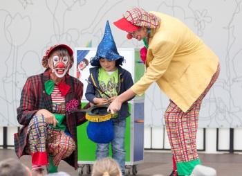 Zauber-Assistent hilft den Clowns beim zaubern
