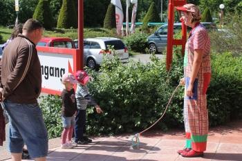 """Clown Biene geht mit """"Hund Anton"""" Gassi"""