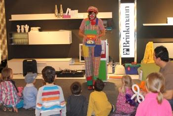 Clown Biene zaubert mit den Kindern