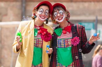 Clown Julchen und Zaubermaus Biene mit Seifenblasen