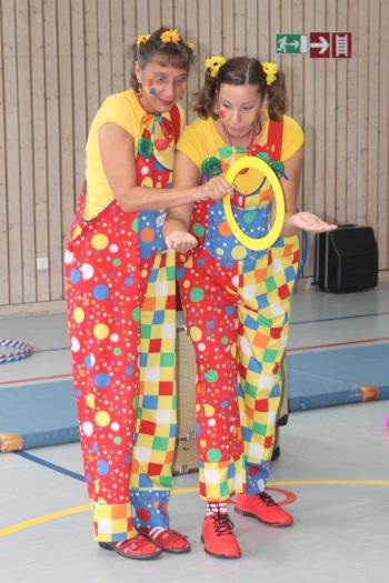 Clown Julchen und Clown Biene präsentieren Spaß und Spiel bei Clown-Workshop