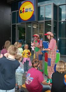 Clown Julchen und Biene modellieren Luftballons in Frankenthal bei Mannheim