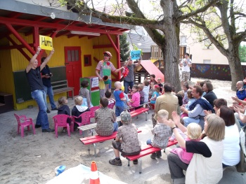 Clown Biene in einem Kindergarten in Untergrombach bei Bruchsal