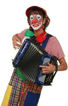 Clown Julchen spielt Akkordeon