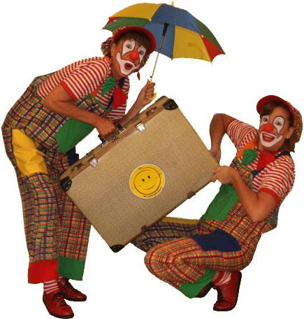 Clown Julchen und Clown Biene mit Koffer und Schirm